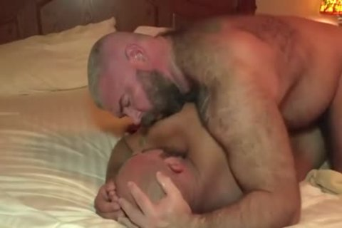 The Bear Likes The large penis Of The Bear Daddy