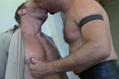 Muscly Leather Daddy receives His meaty 10-Pounder Sucked